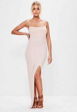 Sukienka maxi na ramiączkach z rozcięciem do uda w kolorze pudrowego różu
