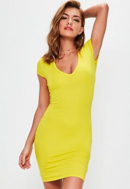 Żółta dopasowana sukienka z krótkimi rękawkami i dekoltem V