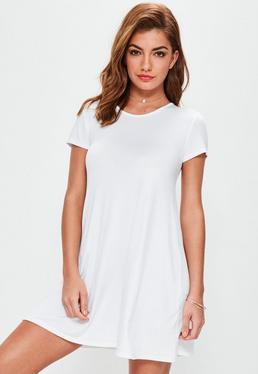 Vestido con vuelo de manga corta en blanco