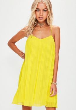 Vestido de tirantes con vuelo plisado en amarillo