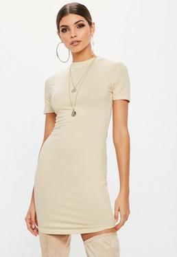 Vestido corto ajustado de cuello alto en beige