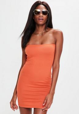 Vestido corto ajustado de palabra de honor en naranja