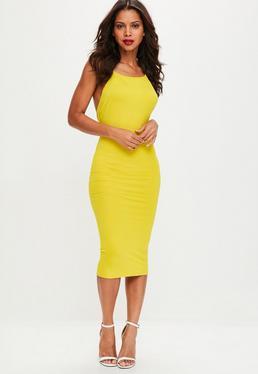 Żółta dopasowana sukienka midi na cienkich ramiączkach