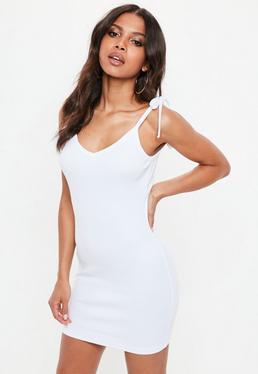 Biała prążkowana sukienka na wiązanych ramiączkach