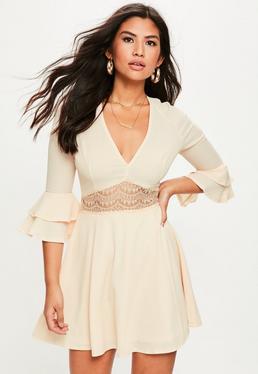 Beżowa rozkloszowana sukienka z koronkowym pasem
