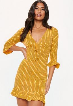 Gepunktetes Kleid mit Rüschenärmeln in Gelb