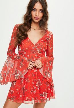 Czerwona sukienka w kwiatowe wzory