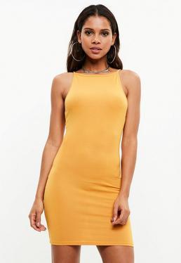 Vestido corto ajustado con cuello redondeado en amarillo