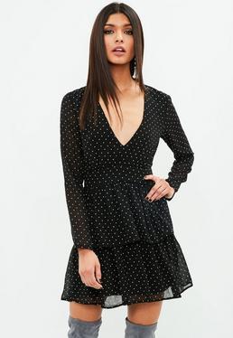 Czarna sukienka w kropki z falbankami