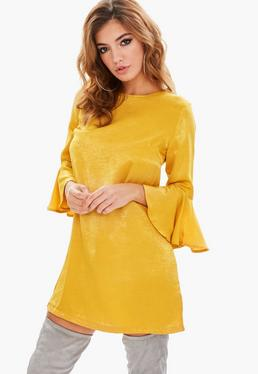 Vestido recto de satén en amarillo