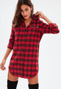 Czerwona koszulowa sukienka w kratę z ćwiekami