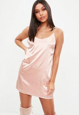 Różowa satynowa sukienka