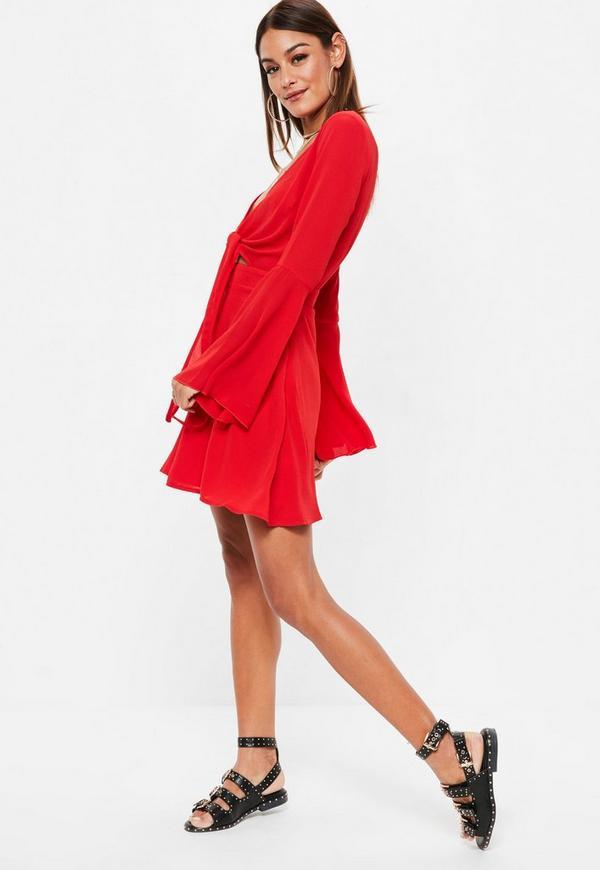 Rotes Kleid mit geknotetem Ausschnitt und Trompetenärmel | Missguided