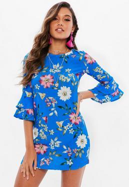 Niebieska sukienka w kwiatowe wzory