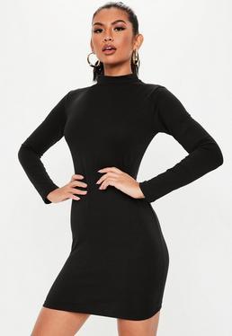 Черное мини-платье с высоким вырезом и высоким вырезом