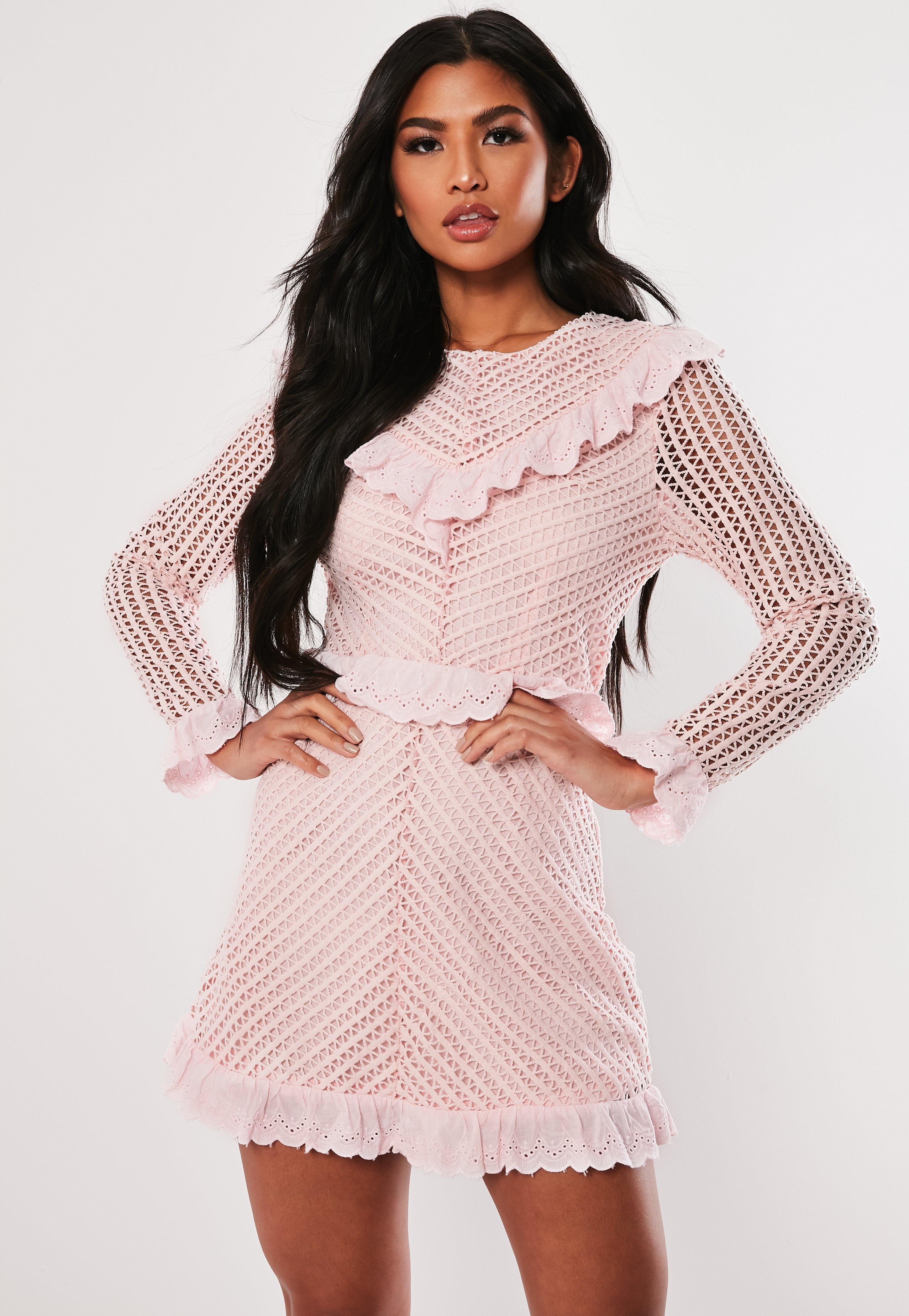 786f9c4999 Różowa koronkowa sukienka z falbankami