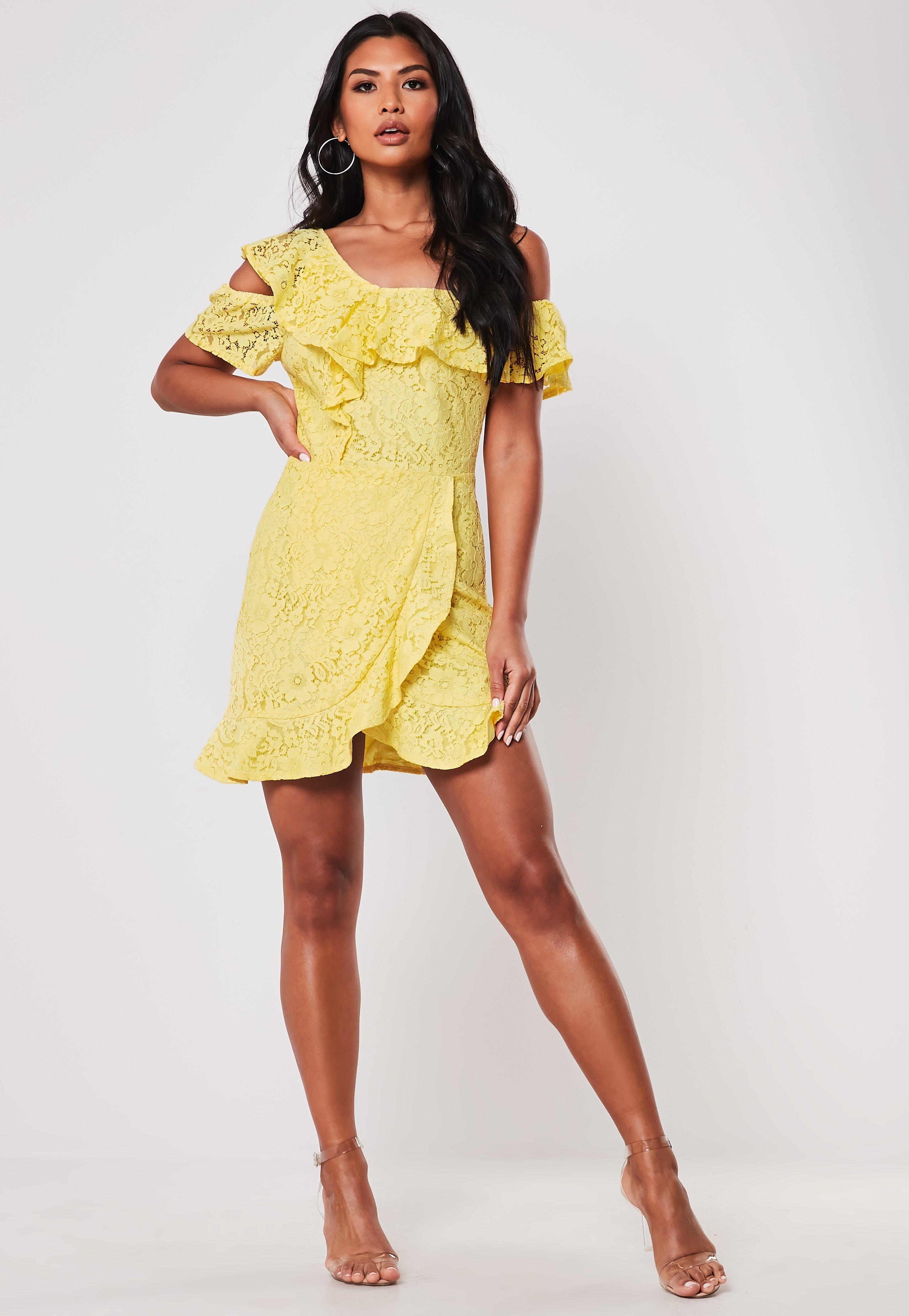 Kleid aus Spitze mit abfallender Schulter und Rüschen in Gelb