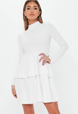 b4e087a38c46 Robe courte blanche en néoprène avec volants