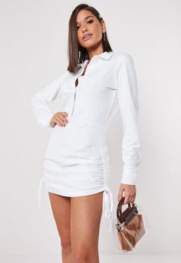 Белое платье-рубашка с рюшами сбоку