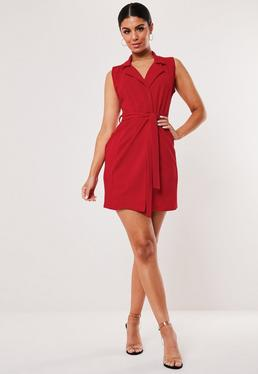 Красное платье без рукавов с поясом
