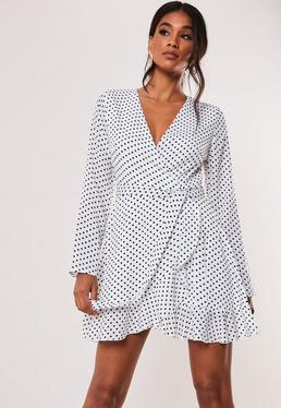 Белое чайное платье с запахом и оборками в горошек