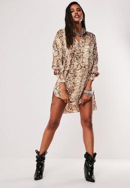Коричневое атласное платье-рубашка с змеиным принтом