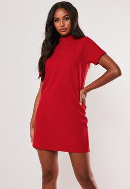 Красное платье с высоким вырезом