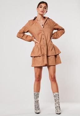 Светло-коричневое платье-халат с рюшами и оборкой
