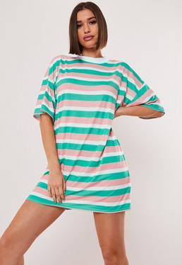 Свободное платье-футболка с короткими рукавами и зеленой полоской