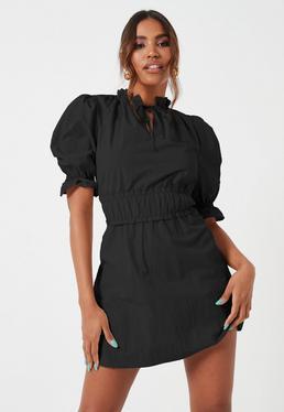 Czarna sukienka z marszczeniami w talii i krótkimi bufiastymi r?kawami