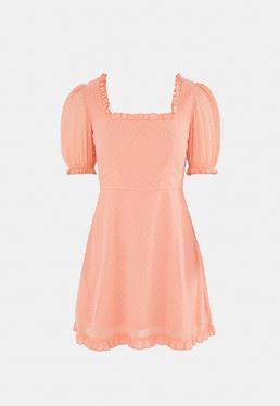 Brzoskwiniowa sukienka mini w groszki z wi?zaniem na plecach i krótkimi r?kawami