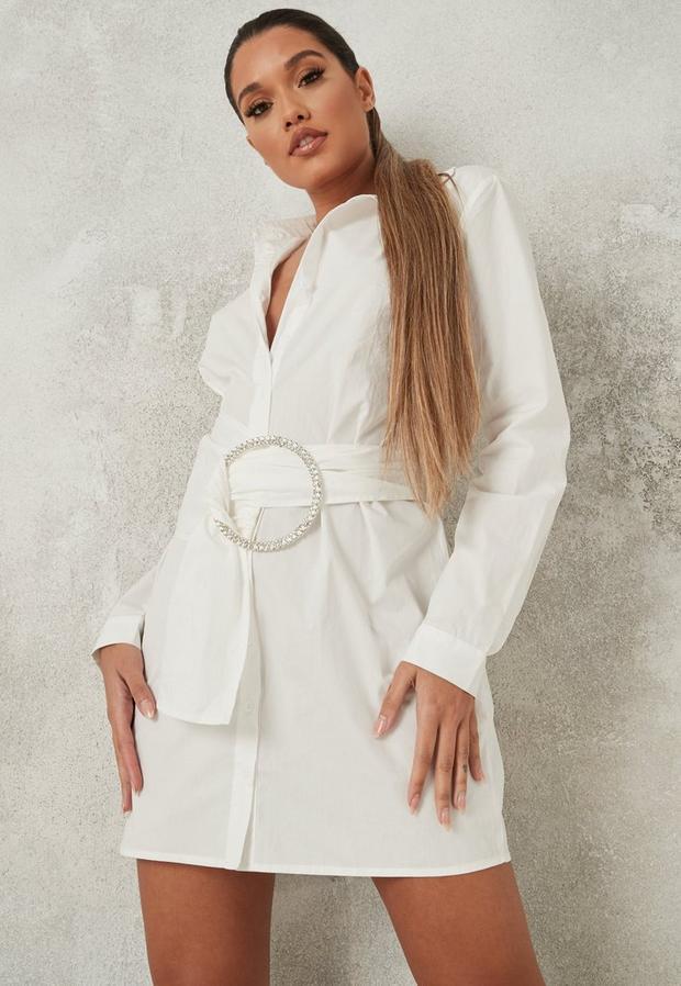 Artikel klicken und genauer betrachten! - Hemdkleid mit Gürtel mit Strass verzierter Schließe in Weiß | im Online Shop kaufen