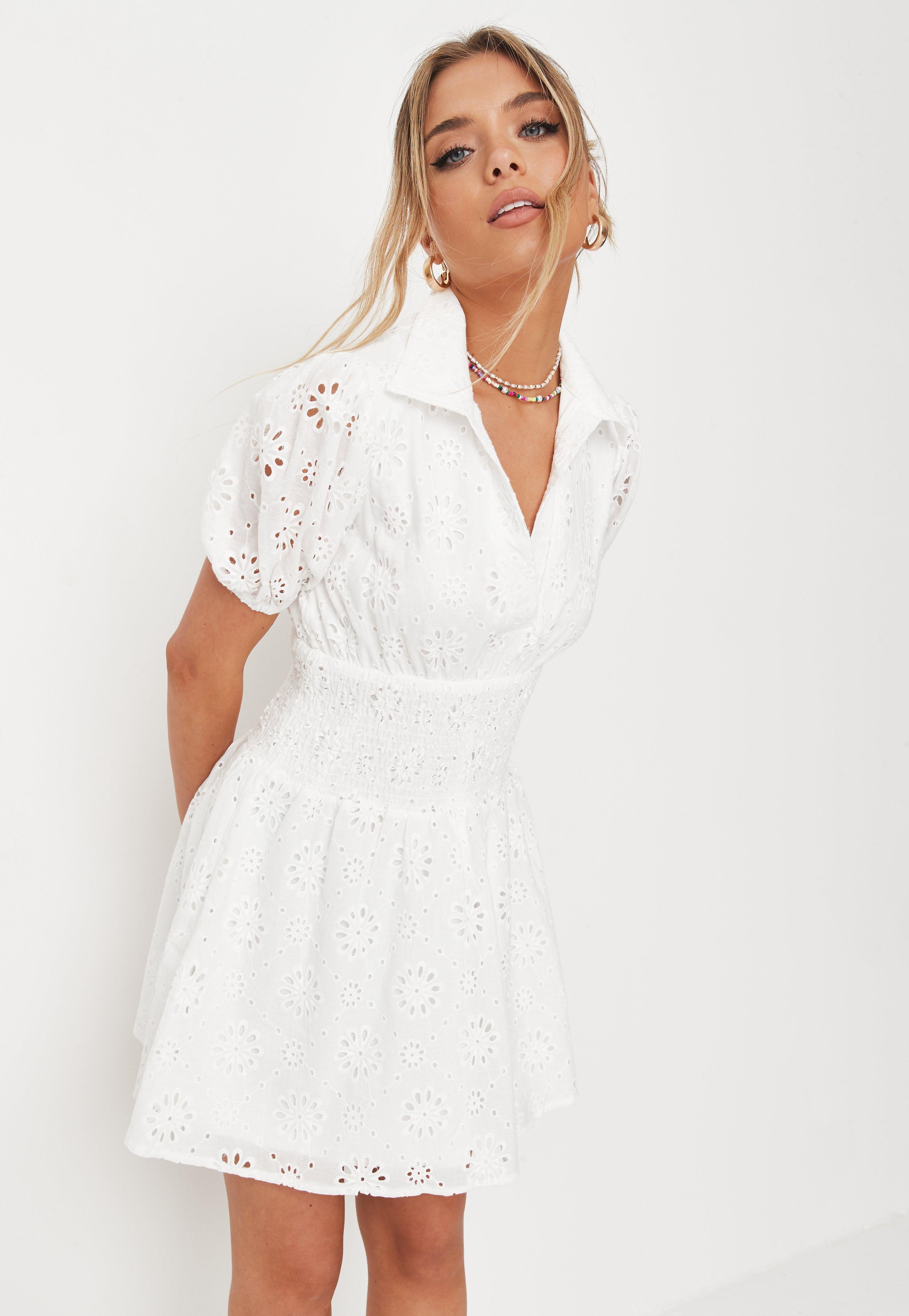 Minikleid mit gesmokter Taille und Lochstickerei in Weiß   Missguided