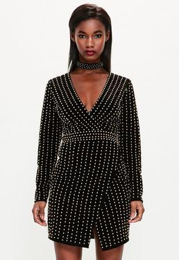Czarna krótka welurowa sukienka z głębokim dekoltem i chokerem zdobiona złotymi perłami Peace + Love