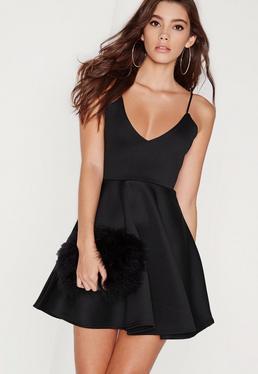 Czarna rozkloszowana sukienka na ramiączkach