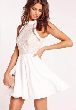 Biała rozkloszowana sukienka z koronką i wycięciami z dodatkiem siatki