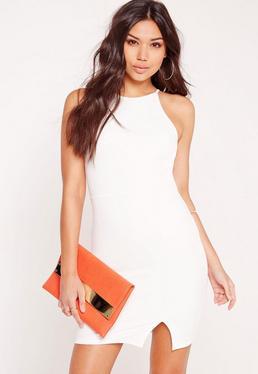 Biała dopasowana sukienka z dzianiny nurek z kwadratowym dekoltem i rozporkiem po boku
