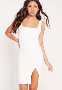 Biała sukienka za kolano z kwadratowym dekoltem i rozporkiem po boku