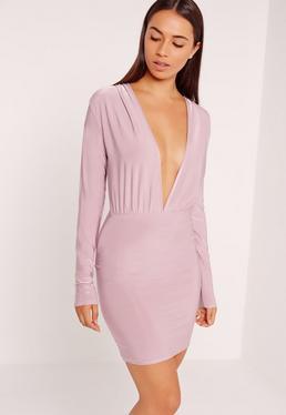 Blado różowa dopasowana sukienka z długimi rękawami i głębokim dekoltem
