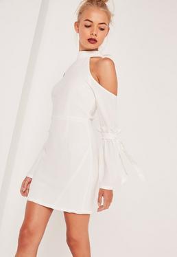 Robe moulante blanche épaules dénudées manches nouées