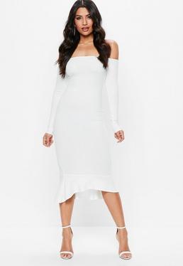 Schulterfreies Kleid mit Schwalbenschwanzsaum in Weiß