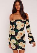 Schulterfreies figurbetontes Kleid mit Blumenprint und gerüschten Ärmeln in Schwarz