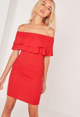 Czerwona dopasowana sukienka bardotka z falbanką