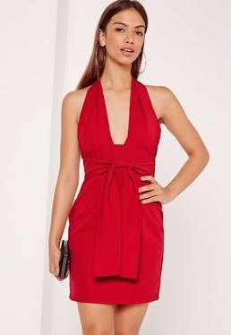 Robe moulante rouge dos nu nouée à la taille