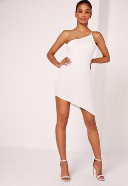 Biała dopasowana asymetryczna sukienka z odkrytym ramieniem