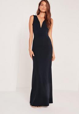 Granatowa długa sukienka z głęboko wyciętym dekoltem