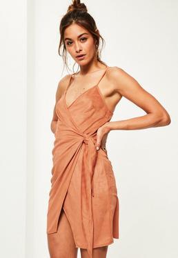 Pomarańczowa zamszowa sukienka kopertowa wiązana po boku na ramiączkach