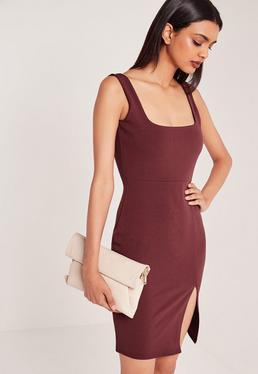 Burgundowa sukienka do kolan z kwadratowym dekoltem i rozporkiem