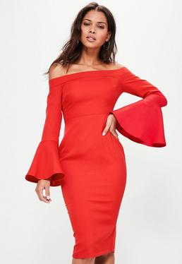 Czerwona dopasowana sukienka bardotka z falbanką na rękawach