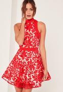 Czerwona rozkloszowana koronkowa sukienka z chokerem